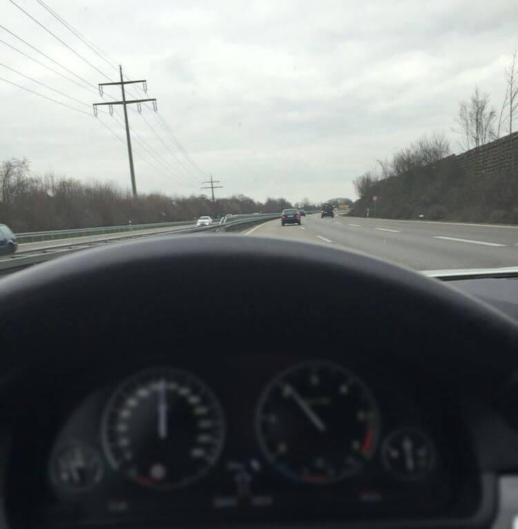 verschwommenes Tachometer bei Autofahrt